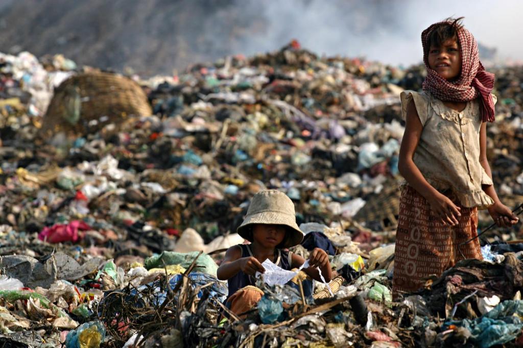 asia_cambodia_phnom_penh_stung_meanchey_garbage_dump_landfill_waste_smoke_children_environment_child_labour_poverty